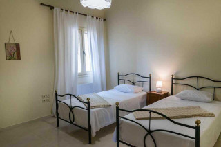 cleopatra villa monambeles single beds