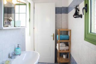 elena villa monambeles bathroom